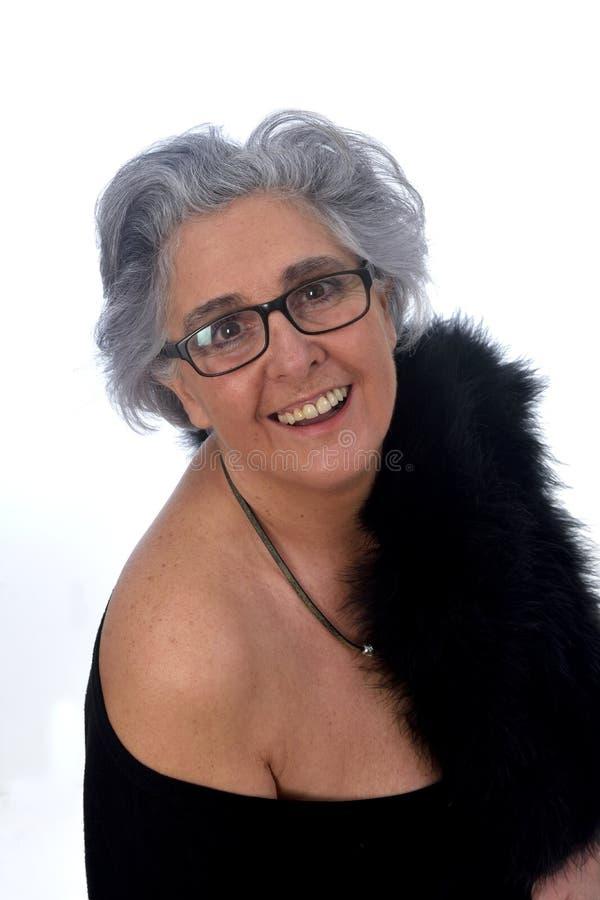 En äldre kvinna med ett sexigt som poseras på vit bakgrund arkivfoton
