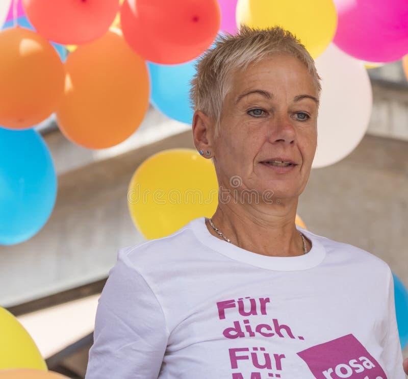 En äldre kvinna på en av de stora regnbågeflötena som deltar i Gay Pride, ståtar också bekant som Christopher Street Day CSD i Mu fotografering för bildbyråer