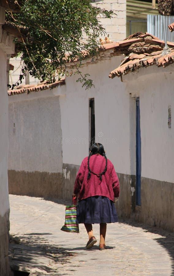 En äldre kvinna som går gatorna royaltyfri bild