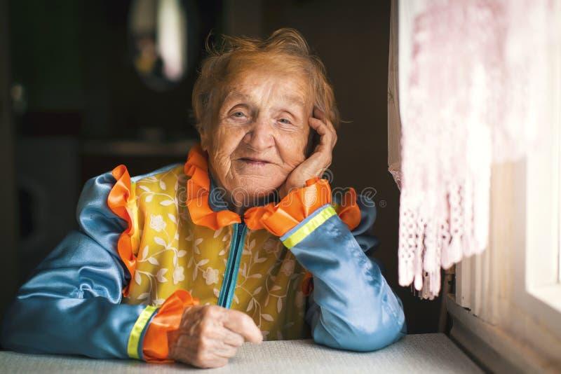 En äldre lycklig kvinna i slaviska etniska kläder royaltyfria foton