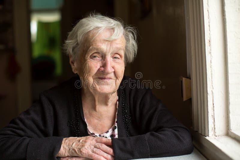 En äldre lycklig kvinna Stående royaltyfria bilder