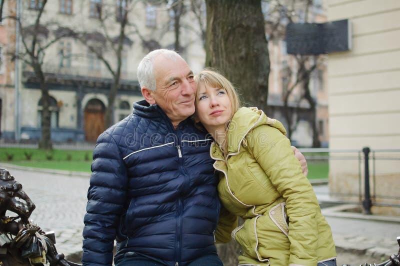 äldre kvinna dating en ung man