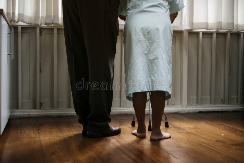 En äldre patient på sjukhuset royaltyfri foto