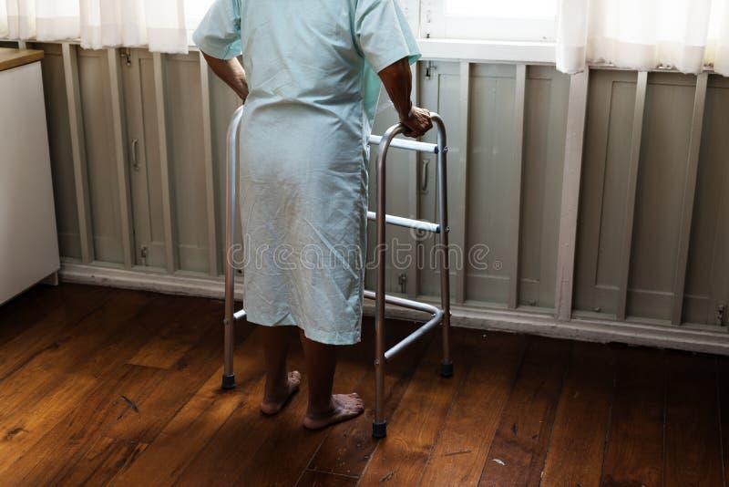 En äldre patient på sjukhuset arkivfoton