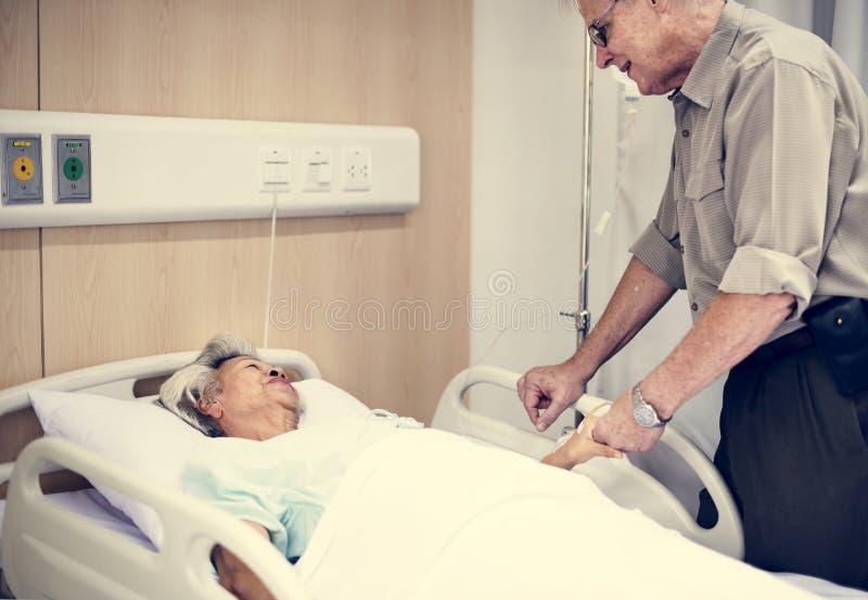 En äldre patient på sjukhuset arkivbilder