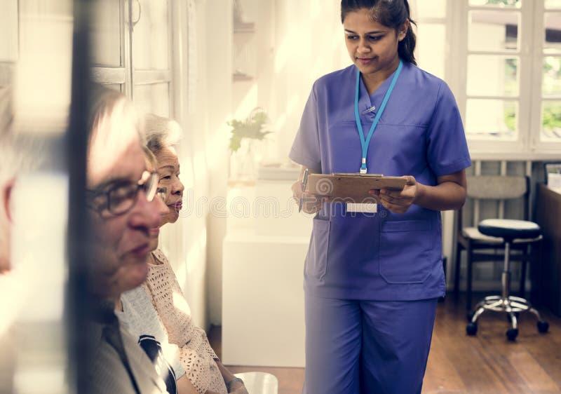 En äldre patient på sjukhuset arkivbild