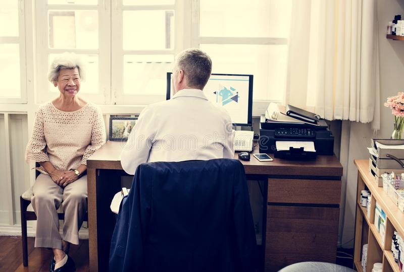 En äldre tålmodig mötedoktor på sjukhuset fotografering för bildbyråer