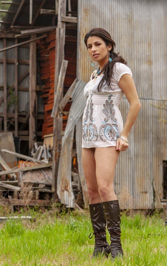En älskvärd brunettmodell Posing Outdoors With de senaste modeerna royaltyfri foto