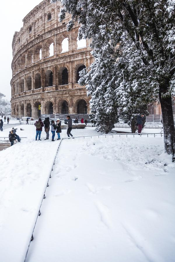 En älskvärd dag av insnöade Rome, Italien, 26th Februari 2018: en härlig sikt av Colosseum under snön arkivfoto