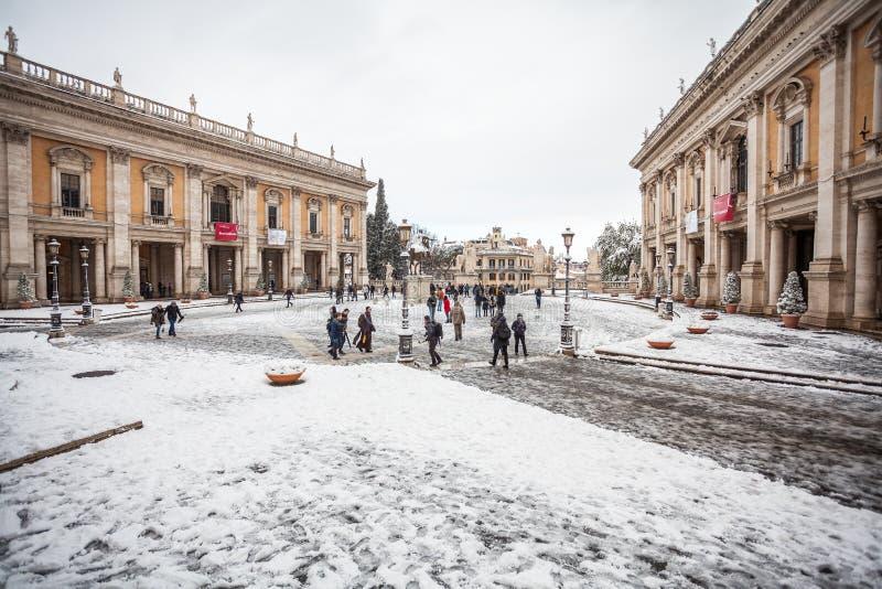 En älskvärd dag av insnöade Rome, Italien, 26th Februari 2018: en härlig sikt av den Capitoline fyrkanten under snön arkivbild