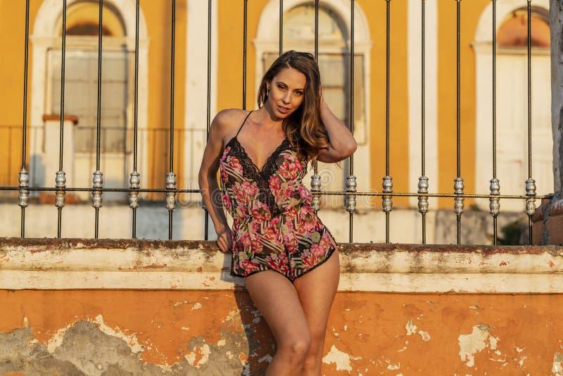 En älskvärd latinamerikansk brunettmodell Poses In Lingerie på en mexicansk ranch royaltyfri fotografi
