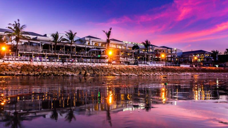 En älskvärd purpurfärgad solnedgång i Kuta Bali royaltyfria bilder