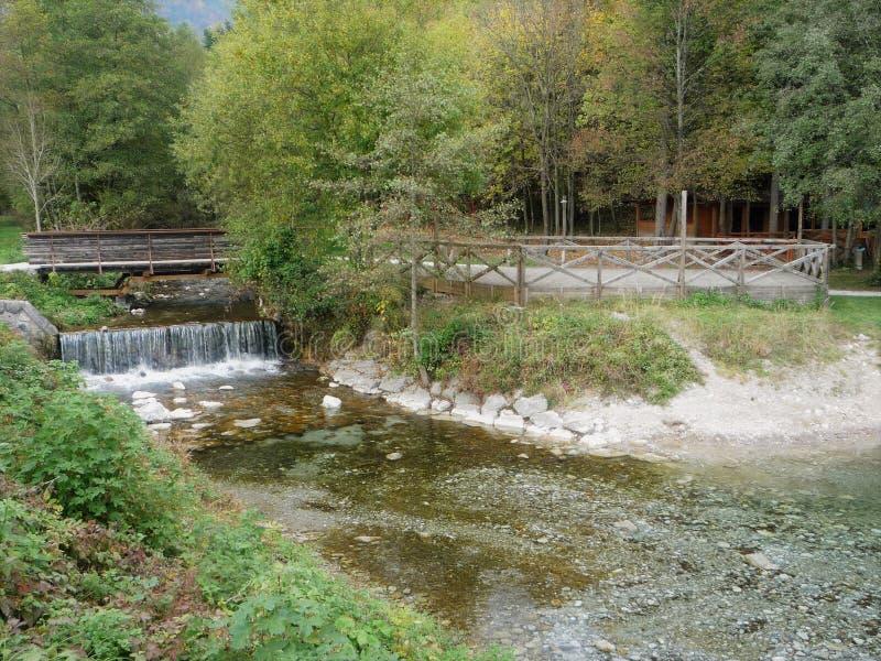 En älskvärd vattenfall i Slovenien royaltyfria foton