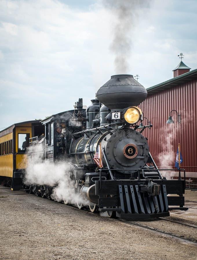 En ångamotor på Midwest det gamla tröskverkmötet, Mt Angenämt Iowa, USA royaltyfri fotografi