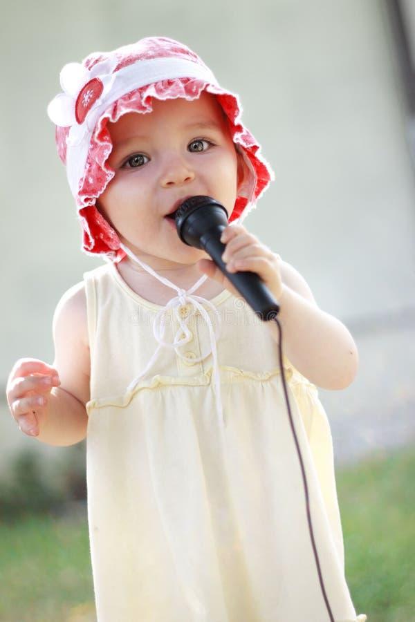 En årig flicka i en röd hatt royaltyfri bild