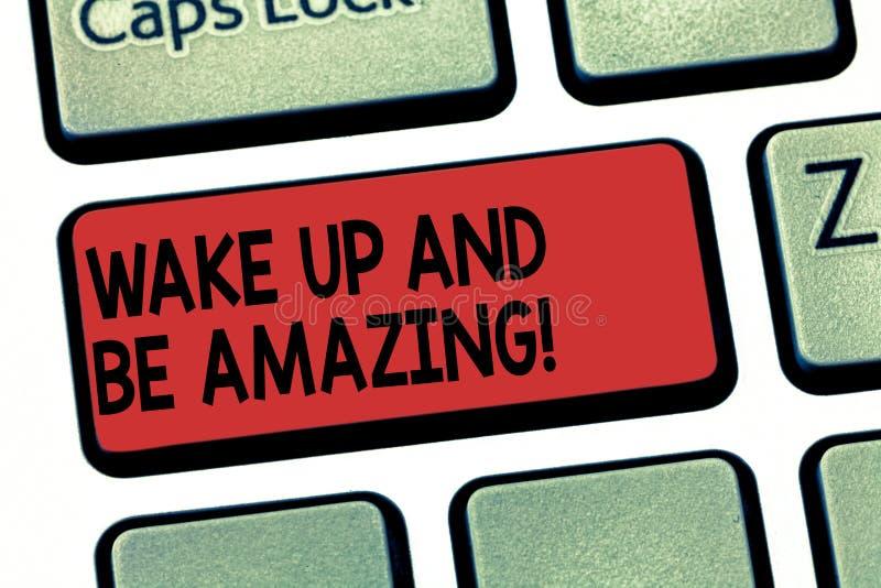 En écrivant l'apparence de note réveillez-vous et soyez étonnant La présentation de photo d'affaires montent et brillent le début images stock