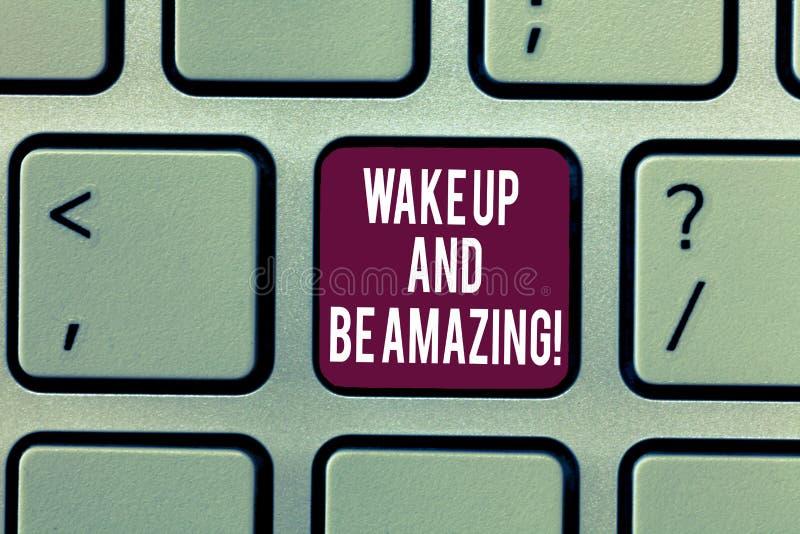 En écrivant l'apparence de note réveillez-vous et soyez étonnant La présentation de photo d'affaires montent et brillent le début images libres de droits