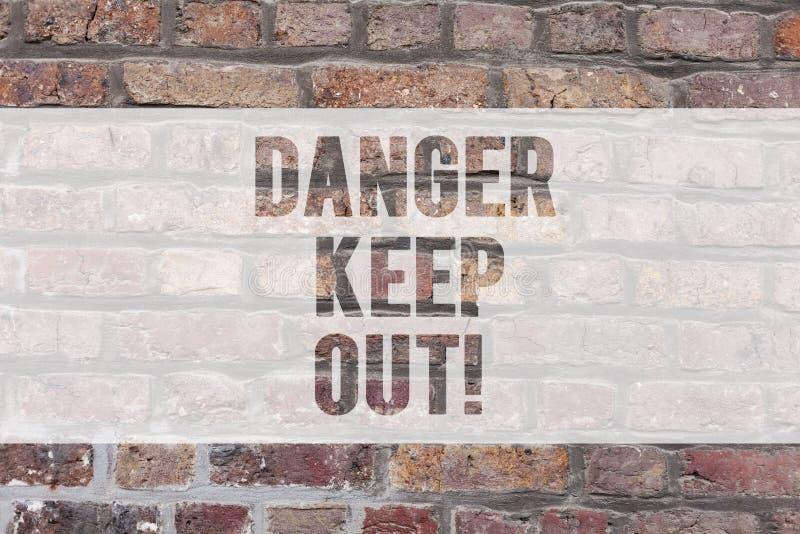 En écrivant la note montrant le danger gardez  L'avertissement de présentation de photo d'affaires soit séjour vigilant à partir  photographie stock