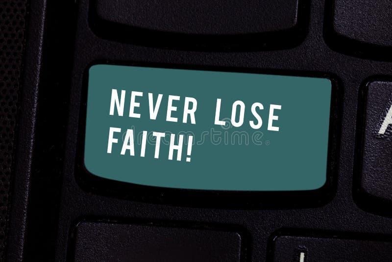 En écrivant la note montrant ne perdez jamais la foi La présentation de photo d'affaires ne cessent pas de croire en quelqu'un ou photos libres de droits