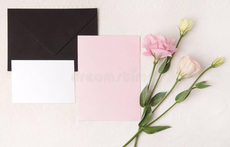 En épousant la maquette d'invitation avec rougissez des fleurs photographie stock