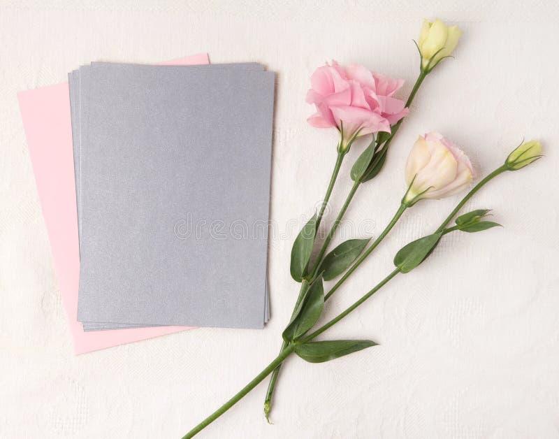 En épousant la maquette d'invitation avec rougissez des fleurs images stock