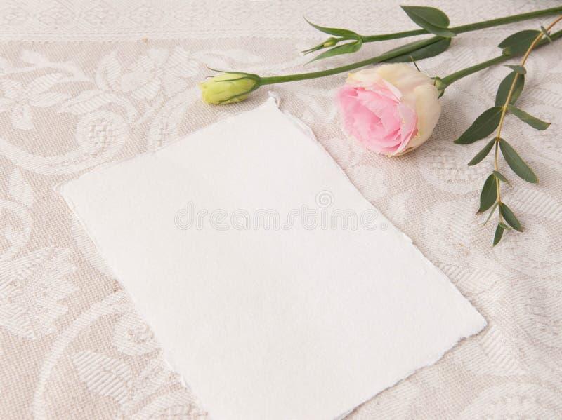 En épousant la maquette d'invitation avec rougissez des fleurs image stock