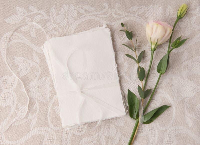En épousant la maquette d'invitation avec rougissez des fleurs images libres de droits