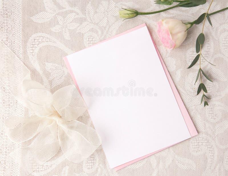 En épousant la maquette d'invitation avec rougissez des fleurs photos libres de droits