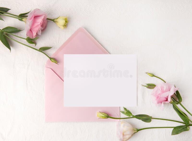En épousant la maquette d'invitation avec rougissez des fleurs image libre de droits