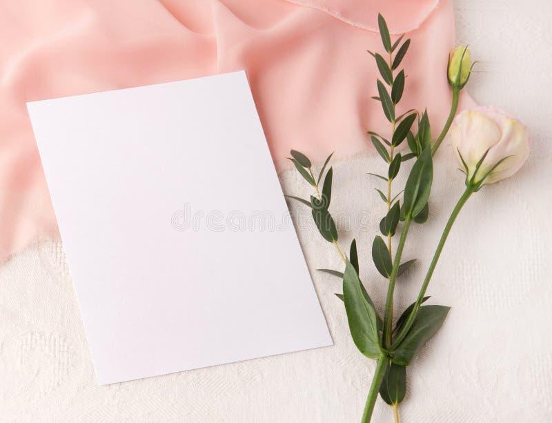 En épousant la maquette d'invitation avec rougissez soie et fleurs photo stock