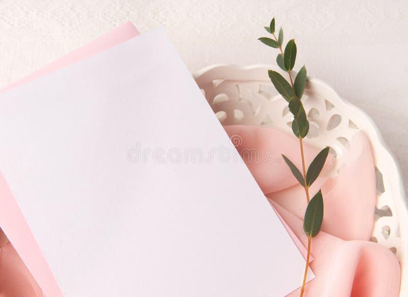 En épousant la maquette d'invitation avec rougissez soie et fleurs images libres de droits