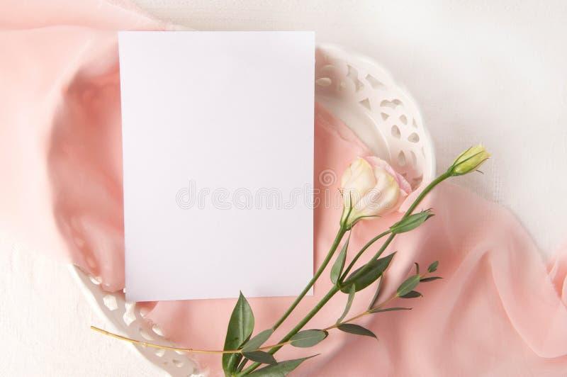 En épousant la maquette d'invitation avec la soie rose rougissez des fleurs images stock