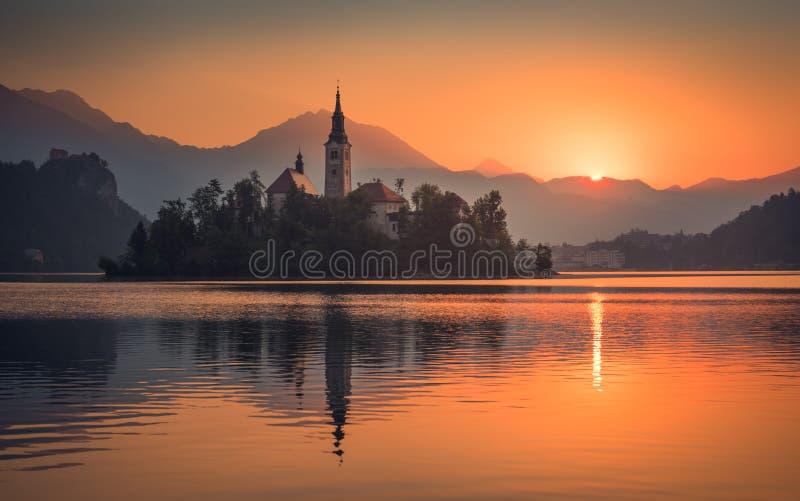 En ö med kyrkan i den blödde sjön, Slovenien på soluppgång arkivfoto