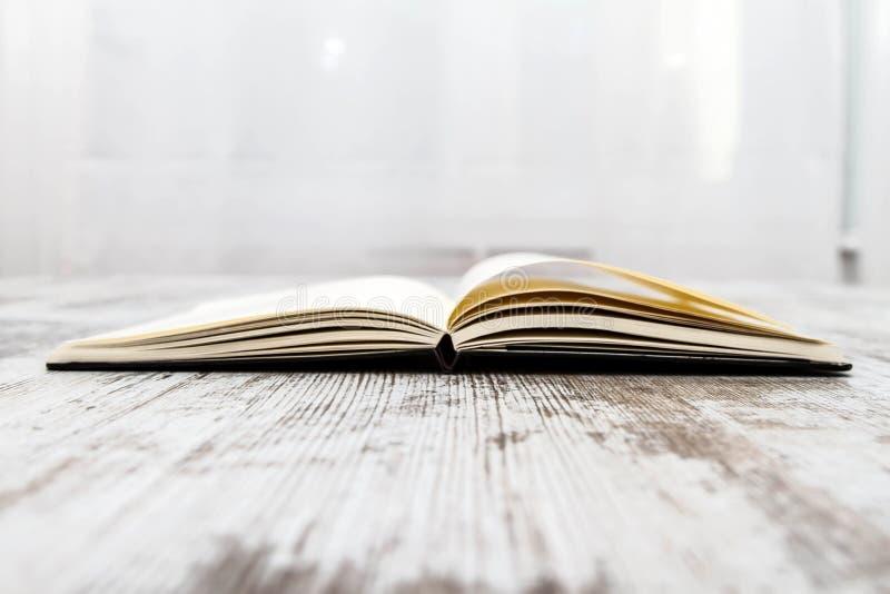 En öppen anteckningsbok arkivbild
