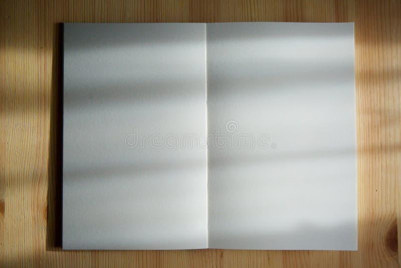 En öppen anteckningsbok med tomma sidor royaltyfria foton