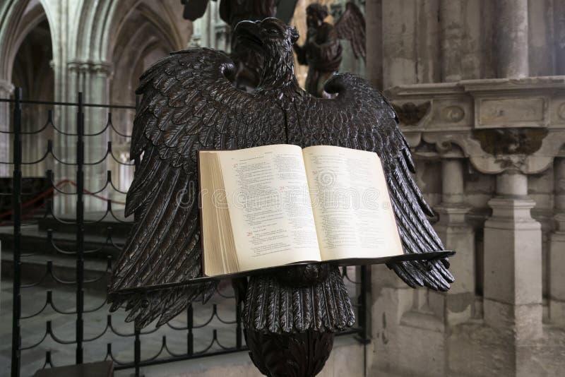 En öppen bibel på en ställning i formen av en örn royaltyfri bild