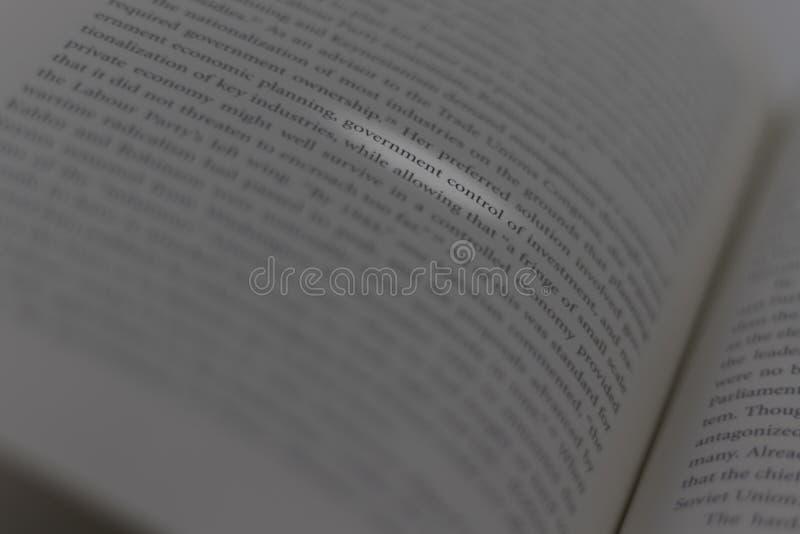 En öppen bok med illavarslande ordregeringskontroll highligthed arkivbild