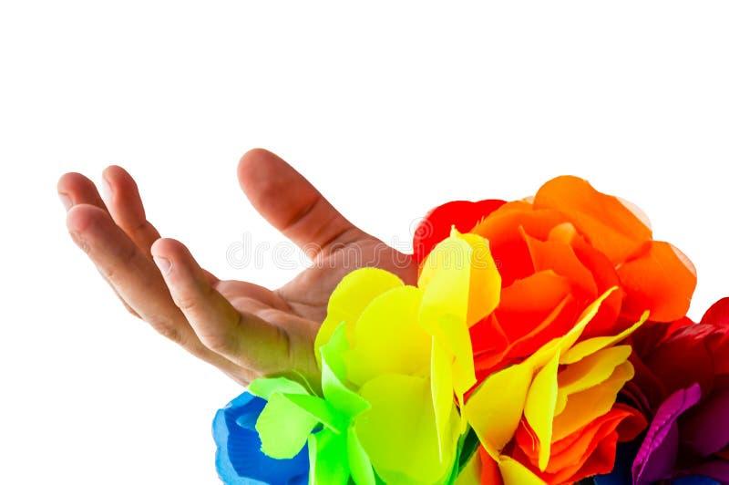 En öppen hand som når med ett pösigt regnbågearmband Begrepp för medvetenhet för LGBTQI-stolthetgodtagande v?ndbart arkivfoton