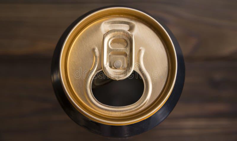 En öppen och tom aluminiumburk med drinkar royaltyfri fotografi