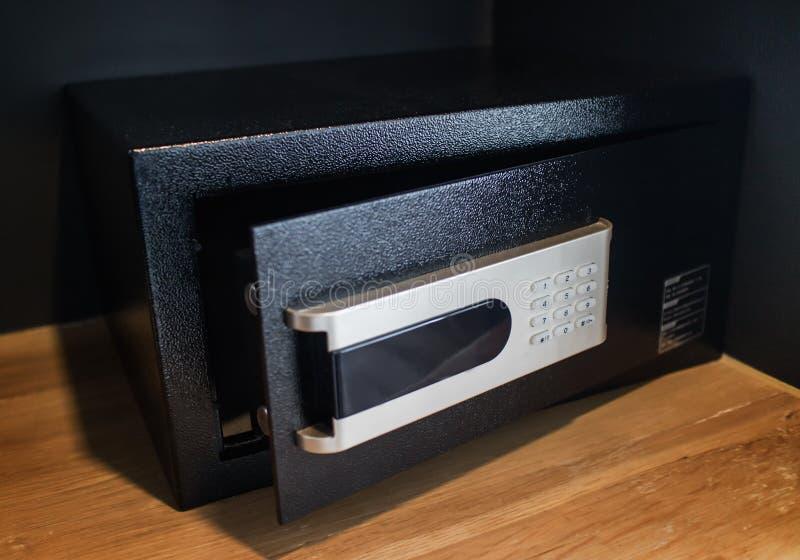 En öppen tom svart säker ask eller ett modernt elektroniskt skåp i hotellrum eller hem arkivbild