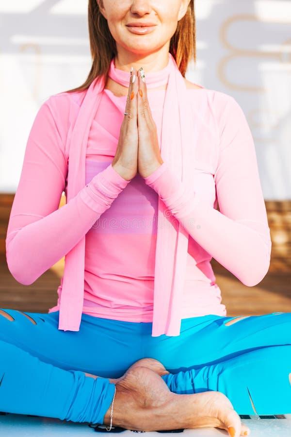 En övande yoga för härlig kvinna royaltyfri bild