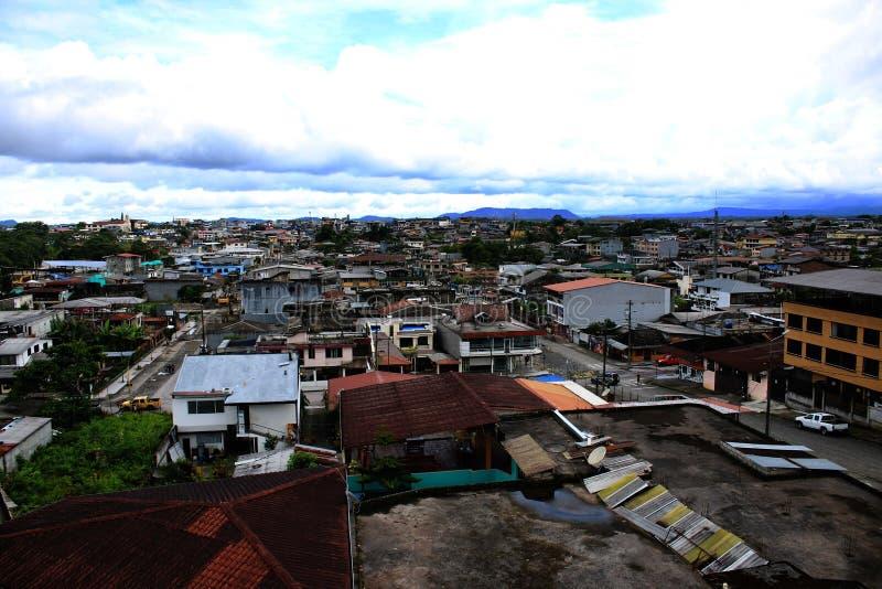 En överblick av en stad med gamla och nya hus i Latinamerika fotografering för bildbyråer