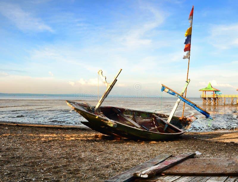 En övergiven fiskare Boat arkivfoto