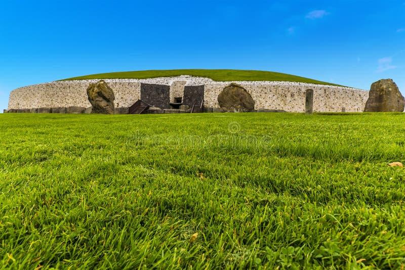 En övre sikt för slut av Newgrange, Irland arkivfoton