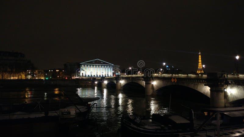 En Париж noche средств массовой информации стоковое фото