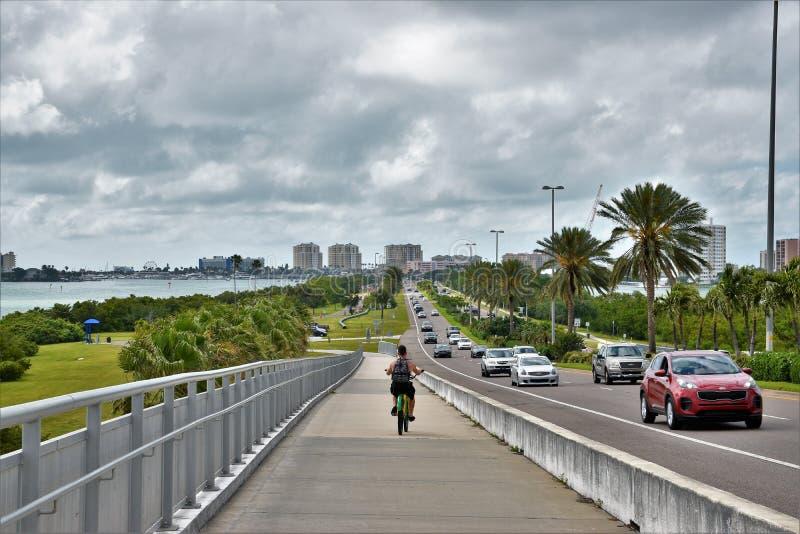 En abril de 2019, Clearwater, FL - una visión desde el nuevo puente del clearwater que conecta la ciudad con la playa foto de archivo libre de regalías