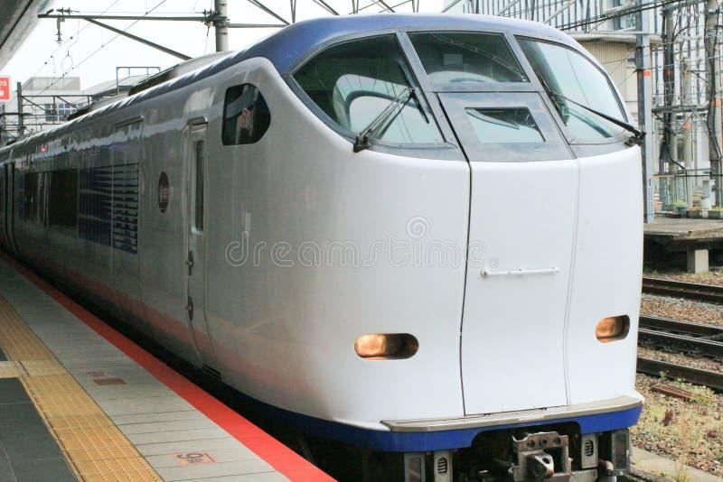 en abril de 2014 en el tren local del carril en Kyoto Japón foto de archivo