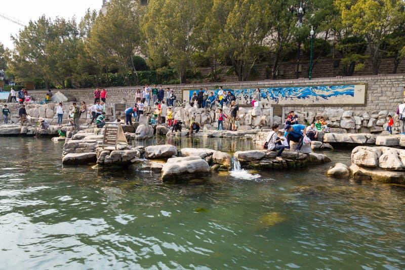 En abril de 2015 - Jinan, China - gente local que toma el agua a partir de la una de las muchas primaveras de Jinan fotografía de archivo libre de regalías