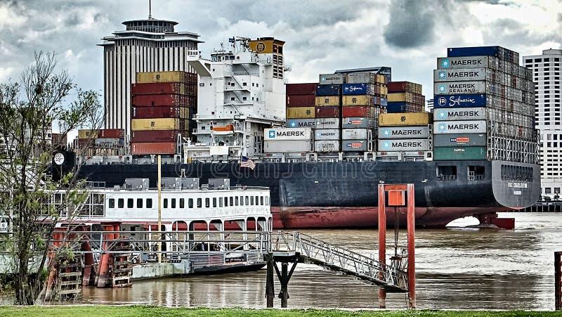 En abril de 2017 New Orleans los E.E.U.U. - buque de carga de Maerks que pasa con N fotos de archivo libres de regalías