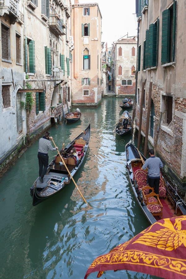 En abril de 2017 Venecia, Italia Góndolas en el dei Tedeschi de Rio de Fontego imagenes de archivo